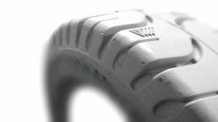 Немаркая цельнолитая шина